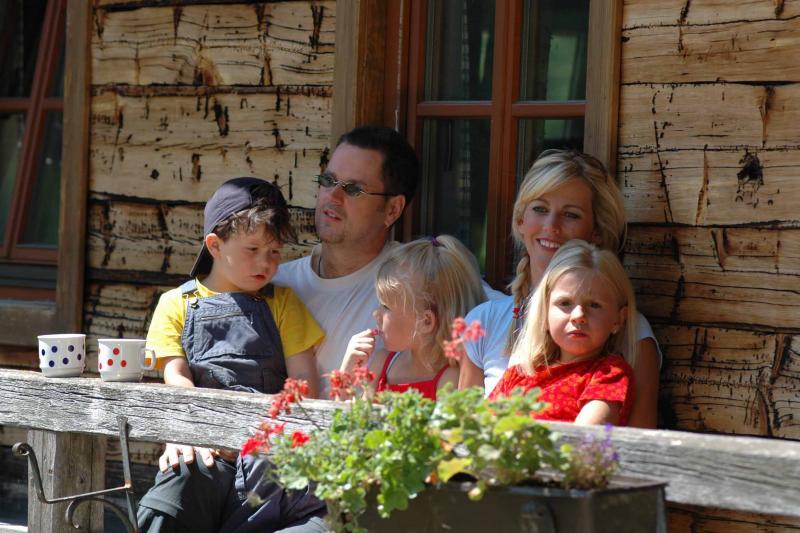 Familie vor Almhütte_B.Lauen Osttirol Werbung