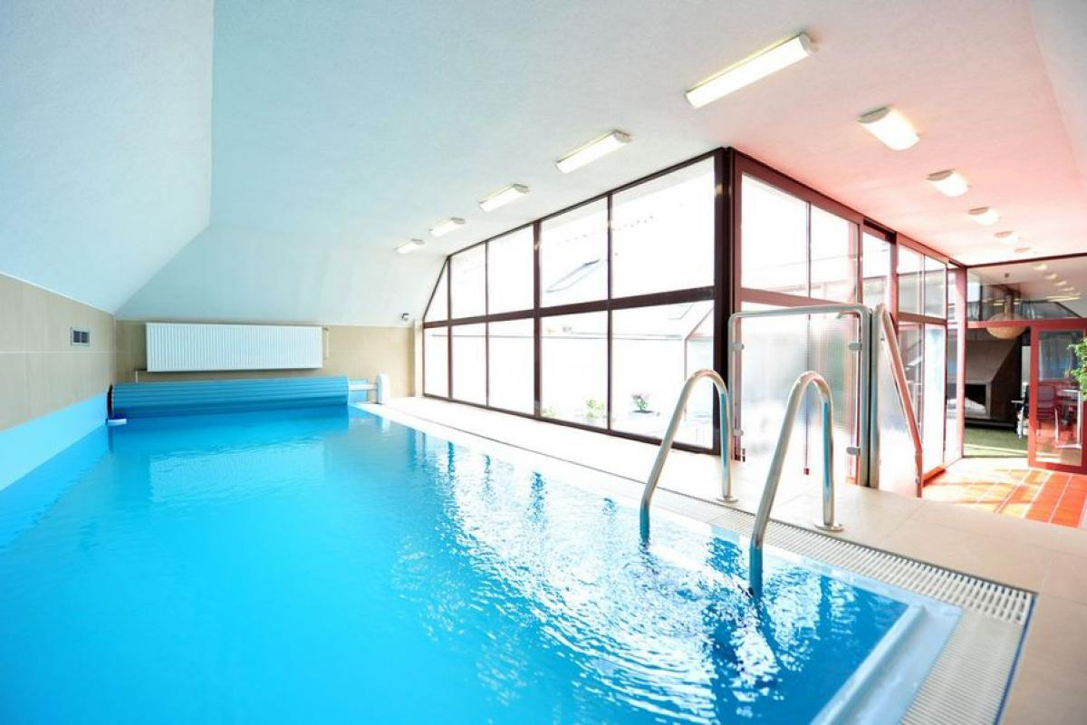 Hotel indoor swimming-pool